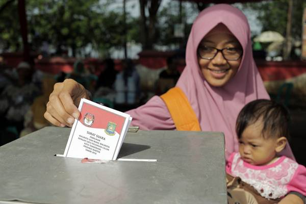 Warga menggunakan hak suaranya dalam Pilkada serentak di Tempat Pemungutan Suara (TPS) Cipondoh, Tangerang Kota, Banten, Rabu (27/6/2018). - JIBI/Felix Jody Kinarwan