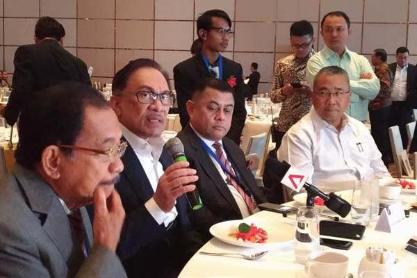 Dato Seri Anwar Ibrahim (kedua dari kiri) mantan Wakil PM Malaysia yang kini menjabat sebagai Ketua Koalisi partai penguasa di Malaysia, Pakatan Harapan, menyatakan bahwa Najib Razak akan diadili menggunakan hukum yang adil terkait kasus korupsi 1MDB. Hal itu disampaikannya dalam konferensi pers ECGL Leadership Forum: Forum Kepemimpinan Pertama di Indonesia, di Hotel Fairmont, Jakarta, Rabu (4/7/2018). - Bisnis/Dwi Nicken Tari
