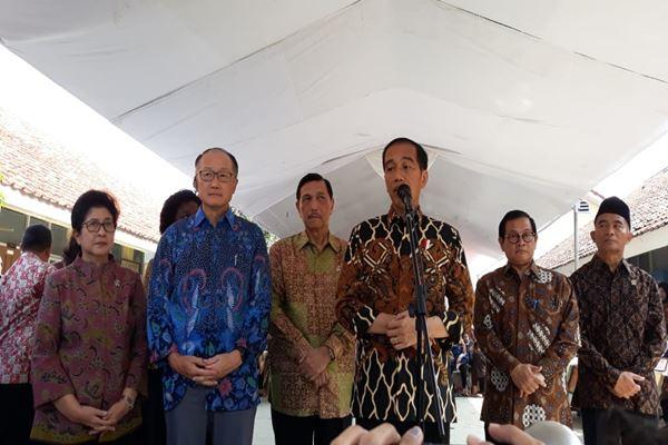 Presiden World Bank Jim Yong Kim (berbaju biru) dan Presiden Joko Widodo blusukan beserta para menteri blusukan ke SDN 1 Tangkil, Caringin, Kabupaten Bogor Jawa Barat, Rabu (4/7). - JIBI/David Eka Issetiabudi