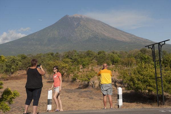 Wisatawan berfoto dengan latar belakang Gunung Agung di Desa Batuniti, Karangasem, Bali, Rabu (4/7/2018). - Antara/Nyoman Budhiana