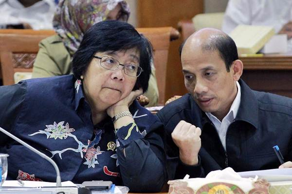 Wakil Menteri ESDM Arcandra Tahar (kanan) berdiskusi dengan Menteri LHK Siti Nurbaya Bakar di sela-sela rapat kerja Komisi VII sehubungan dengan tumpahan minyak di Balikpapan, Kalimantan Timur, di Komplek Parlemen Senayan, Jakarta, Senin (16/4/2018). - JIBI/Dwi Prasetya