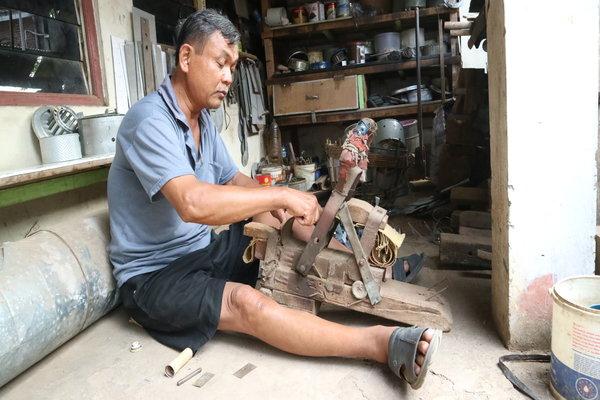 Satio Sucipto Sudarmo, 63, perajin kompor minyak tanah di Semarang. - JIBI