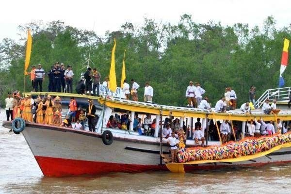 Kapal pembawa sepasang Naga dari Kedaton Ing Martadipura atau Museum Mulawarman tiba di Desa Kutai Lama Kecamatan Anggana Kutai Kartanegara, Minggu (14/6/2015). Mengulur naga ini adalah puncak acara Erau yang ditunggu masyarakat untuk belimbur atau siraman air. - Bisnis/Muhamad Yamin