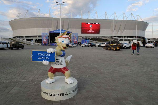 Maskot Piala Dunia 2018, Zabivaka, dipasang di depan stadion sepakbola Rostov na Donu di Rusia, Sabtu (12/5). - Reuters/Sergey Pivovarov