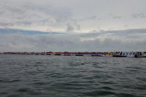 Konvoi speedboat dan pembentangan spanduk sepanjang 1.050 meter di atas air di Tarakan, Kalimantan Utara yang berhasil mengukir rekor dunia, Sabtu (7/7). - Bisnis/Eldwin Sangga