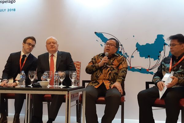 Menteri Perencanaan Pembangunan Nasional (PPN)/Kepala Bappenas Bambang Brojonegoro (kedua kanan) bersama Duta Besar Australia untuk Indonesia Gary Quinlan (kedua kiri) saat konferensi pers Indonesia Development Forum 2018 di Hotel Ritz-Carlton, Jakarta, Selasa (10/7). - Bisnis/Rinaldi Mohammad Azka