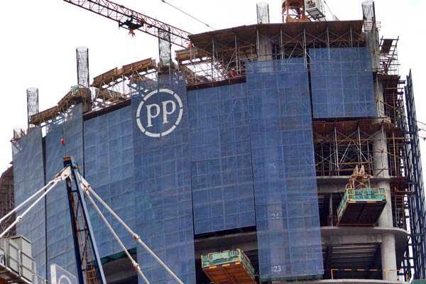 Pekerja menyelesaikan proyek pembangunan PP Properti di Jakarta - JIBI/Abdullah Azzam
