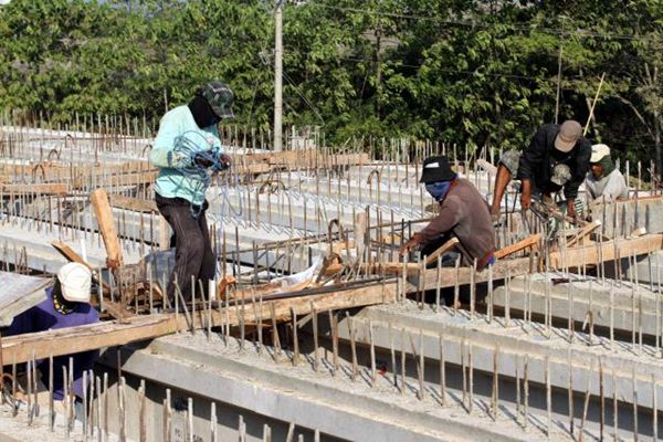 Pekerja menyelesaikan proyek pembangunan tol Pejagan-Pemalang di Kabupaten Brebes, Provinsi Jawa Tengah, Sabtu (4/7). Jalan tol tersebut siap difungsikan untuk arus mudik mulai H-10 Lebaran. JIBI/Bisnis - Dwi Prasetya