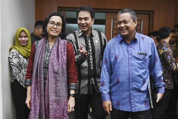 Menteri Keuangan Sri Mulyani (kiri) bersama Gubernur BI Perry Warjiyo (kanan) dan Ketua Badan Anggaran DPR Azis Syamsuddin (tengah) bersiap mengikuti rapat kerja dengan Badan Anggaran DPR di Kompleks Parlemen Senayan, Jakarta, Kamis (31/52018). - ANTARA/Hafidz Mubarak A