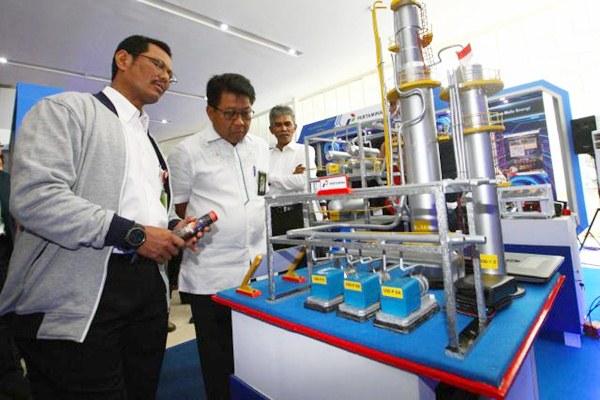Dwi Wahyu Daryoto (tengah) saat menjabat Direktur SDM, Teknologi Informasi dan Umum PT Pertamina - JIBI/Dwi Prasetya