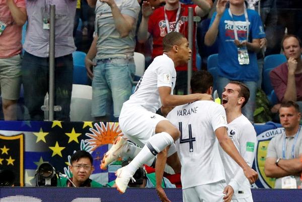 Pemain-pemain Prancis, Kylian Mbappe, Raphael Varane dan Antoine Griezmann - Reuters