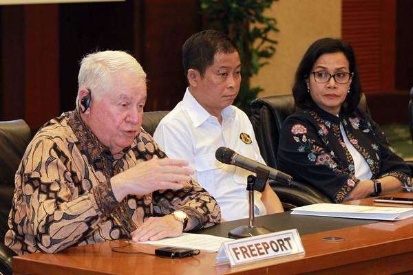 CEO Freeport McMoran Richard Adkerson (dari kiri), memberikan paparan didampingi Menteri ESDM Ignasius Jonan, dan Menteri Keuangan Sri Mulyani Indrawati, seusai penandatanganan pokok-pokok kesepakatan divestasi saham PT Freeport Indonesia (PTFI) di Jakarta, Kamis (12/7/2018). - JIBI/Dwi Prasetya