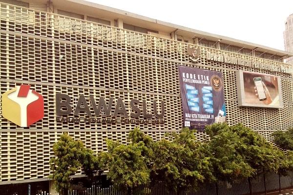 Kantor Badan Pengawas Pemilihan Umum dan Dewan Kehormatan Penyelenggara Pemilu memasang spanduk Kode Etik Penyelenggara Pemilu menjelang hari pencoblosan pilkada serentak 2018. -Bisnis.com - Samdysara Saragih