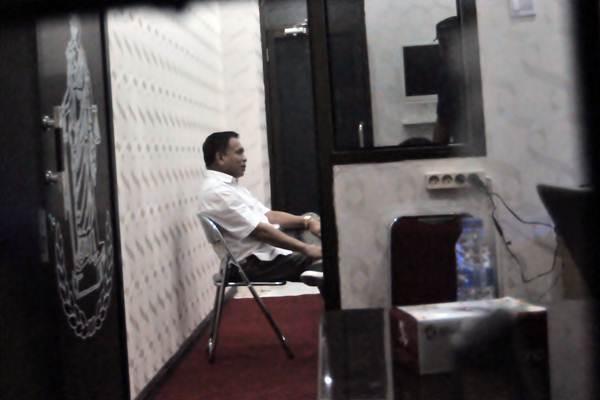 Gubernur Aceh Irwandi Yusuf duduk di ruangan Direktorat Reserse Kriminal Khusus Polda Aceh di Banda Aceh, Aceh, Selasa (3/7). KPK mengamankan 10 orang diantaranya Gubernur Aceh Irwandi Yusuf dan Bupati Bener Meriah Ahmadi bersama barang bukti uang ratusan juta rupiah dalam operasi tangkap tangan (OTT). - ANTARA/Irwansyah Putra