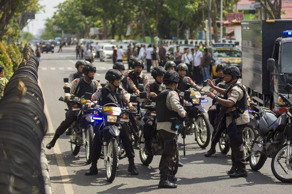 Sejumlah petugas kepolisian bersiaga pascapenyerangan di Polda Riau, Pekanbaru, Riau, Jumat (16/5).  - Antara