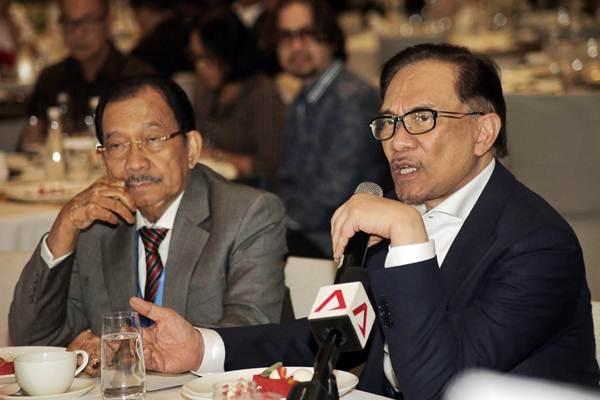 Mantan Wakil Perdana Menteri Malaysia Anwar Ibrahim (kanan) didampingi CEO Executive Center for Global Leadership (ECGL) Tanri Abeng memberi paparan terkait di sela-sela acara The ECGL Leadership Forum, di Jakarta, Rabu (4/7/2018). - JIBI/Felix Jody Kinarwan