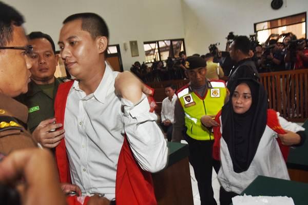 Terdakwa Dirut First Travel Andika Surachman (ketiga kiri), Direktur Anniesa Hasibuan (kanan), dan Direktur Keuangan Siti Nuraida Hasibuan (ketiga kanan) dikawal petugas usai menjalani sidang kasus dugaan penipuan dan pencucian uang biro perjalanan umrah First Travel dengan agenda pembacaan amar putusan di Pengadilan Negeri Kota Depok, Jawa Barat, Rabu (30/5/2018). - ANTARA/Indrianto Eko Suwarso