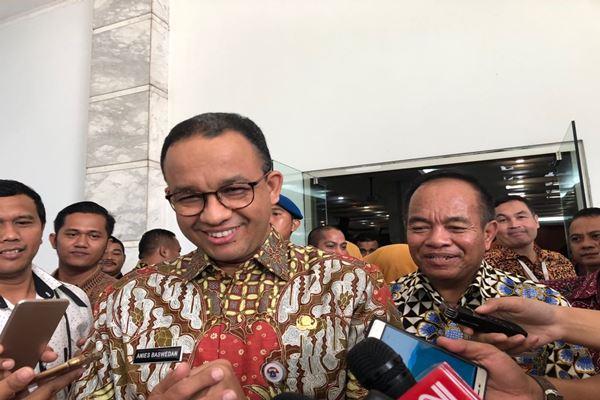 Gubernur DKI Jakarta Anies Basedan dan mantan Wali Kota Jakarta Timur Bambang Musyawardana (berbaju batik di belakang Anies). - Istimewa