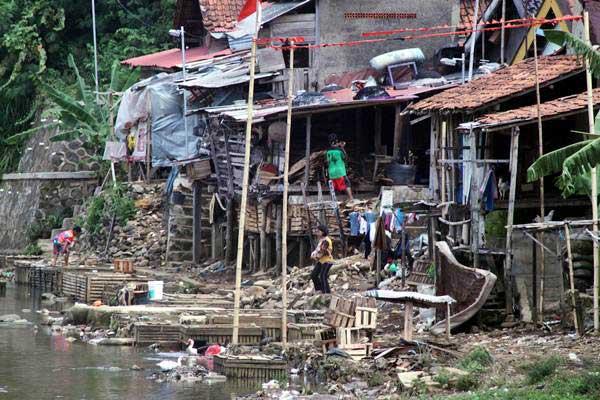 Warga beraktivitas di permukiman yang terletak di bantaran Sungai Cisadane, Bogor, Jawa Barat, Rabu (4/10). - ANTARA/Yulius Satria Wijaya