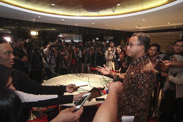 Gubernur DKI Jakarta Anies Baswedan memberikan keterangan kepada awak media seusai melakukan pertemuan dengan Ketua MPR Zulkifli Hasan di Kompleks Parlemen, Senayan, Jakarta, Kamis (5/7). - Antara