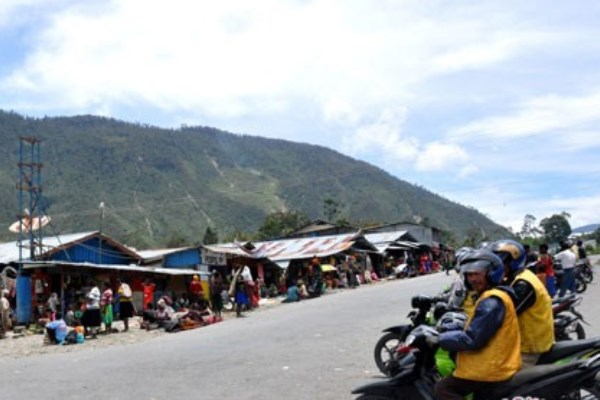 Situasi pasar Kota Mulia, ibu kota Kabupaten Puncak Jaya, Papua, Kamis (27/10/2015). - Antara/Marcelinus Kelen