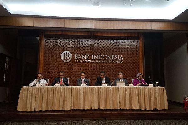 Gubernur Bank Indonesia (BI) Perry Warjiyo (ketiga kanan) menyampaikan hasil Rapat Dewan Gubernur (RDG) BI 18-19 Juli 2018 di Gedung BI, Kamis (19/7). RDG BI memutuskan mempertahankan BI 7-Days Reverse Repo Rate di level 5,25%. - Bisnis/Hadijah Alaydrus