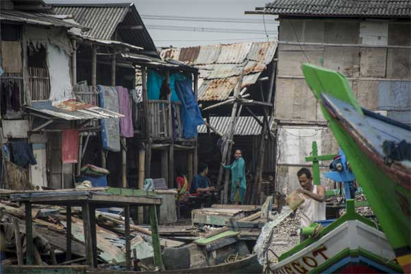 Warga beraktivitas di perkampungan nelayan di kawasan Muara Angke, Penjaringan, Jakarta, Selasa (18/7). - ANTARA/Aprillio Akbar
