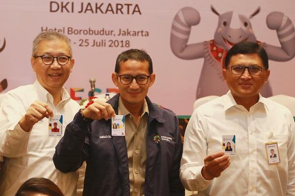 Direktur Utama PT Transportasi Jakarta (TransJakarta) Budi Kaliwono (dari kiri), Wakil Gubernur DKI Jakarta Sandiaga Uno dan  Direktur Mikro dan Kecil Bank BRI Priyastomo pada penyerahan ID Card kepada para volunteer Asian Games 2018 di Hotel Borobudur, Jakarta, Senin (23/7/2018). - Nirmala Aninda