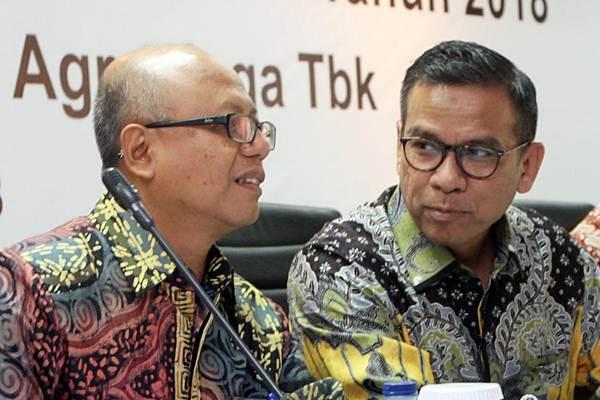 Direktur Utama PT Bank BRI Agroniaga Tbk Agus Noorsanto (kanan) berbincang dengan Komisaris Utama Hexana Tri Sasongko, sebelum rapat umum pemegang saham tahunan dan luar biasa (RUPSTLB) perseroan, di Jakarta, Selasa (26/6/2018). - JIBI/Endang Muchtar