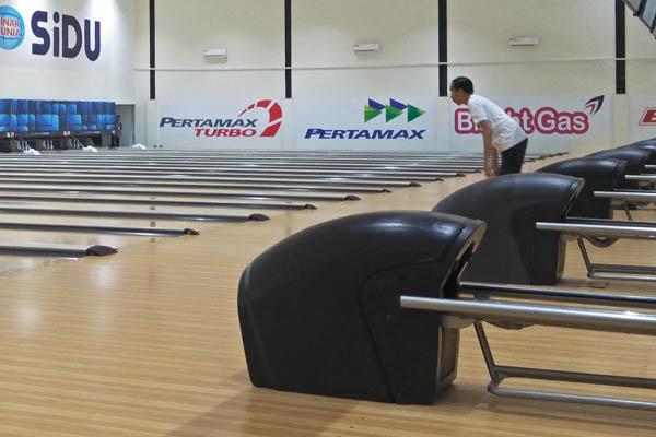 Presiden RI Joko Widodo  mencoba olahraga bowling saat meninjau kesiapan venue bowling di Jakabaring Sport City (JSC) Palembang untuk Asian Games 2018 Sabtu (14/7/2018). - Bisnis/Dinda Wulandari