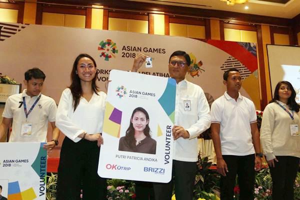 Direktur Bisnis Mikro dan Kecil BRI Priyastomo (tengah) berpose saat penyerahan ID card volunteer Asian Games 2018 di Jakarta, Senin (23/7/2018).  - JIBI/Nurul Hidayat