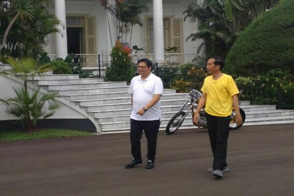 Jokowi dan Airlangga Hartarto jalan pagi di Istana - Antara
