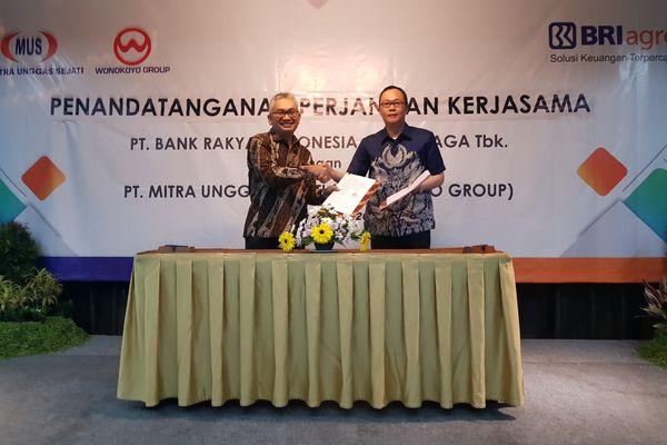 Direktur BRI Agro Ebeneser Girsang (kiri) dan Direktur Utama PT Mitra Unggas Sejati Iwan Tirto Kusumo (kanan) saat penandatanganan kerja sama penyaluran kredit komersial dan KUR di Surabaya, Kamis (26/7). - Bisnis/Peni Widarti