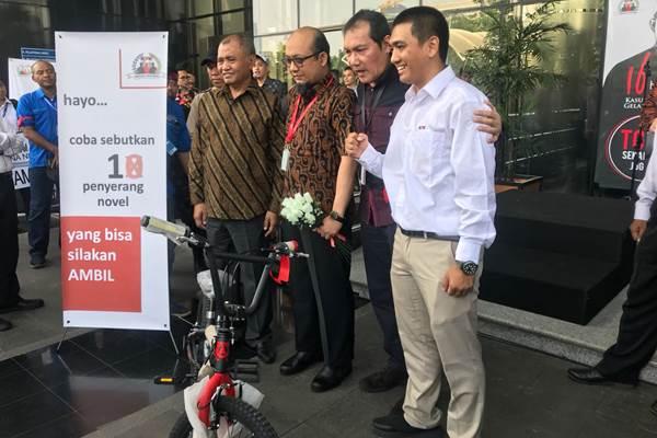 Novel Baswedan (ketiga dari kanan) berfoto bersama pimpinan KPK Agus Rahardjo (keempat dari kanan) dan Saut Simorang (kedua kanan) serta Ketua Wadah Pegawai KPK Rudi Purnomo Harahap. - Bisnis/Rahmad Fauzan