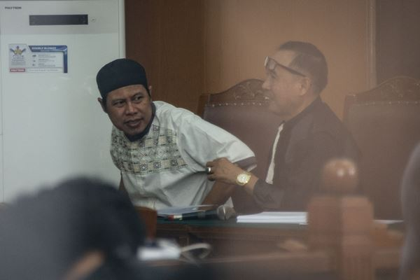 Pimpinan JAD Zainal Anshori alias Abu Fahry alias Qomaruddin bin M Ali (kiri) mengikuti sidang perdana pembubaran Jamaah Ansharut Daulah (JAD) di Pengadilan Negeri Jakarta Selatan, Jakarta, Selasa (24/7). Dalam sidang tersebut, JAD didakwa sebagai kelompok yang menggerakan teror di Indonesia dan telah menyebabkan jatuhnya korban jiwa dan kerusakan objek vital. - Antara
