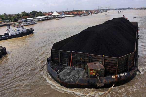 Ilustrasi: Kapal tongkang pengangkut batu bara melintas di Sungai Musi, Palembang, Sumatra Selatan, Rabu (7/3/2018). - ANTARA/Nova Wahyudi