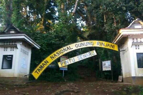 Papan nama gerbang Taman Nasional Gunung Rinjani roboh akibat diguncang gempa di Lombok, NTB, Minggu pagi (29 - 7).