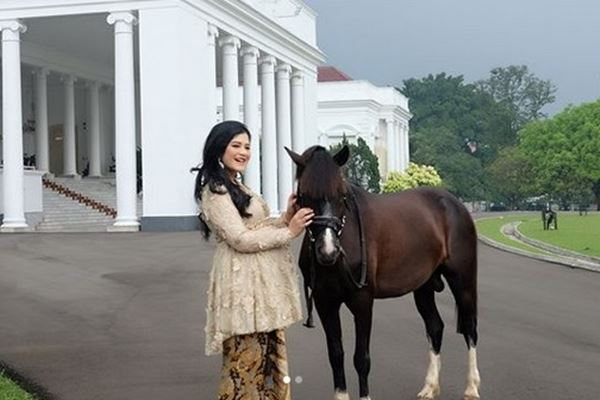 Kahiyang Ayu tengah hamil dan berfoto di depan Istana Bogor pada akhir April 2018. - Instagram@bennusorumba