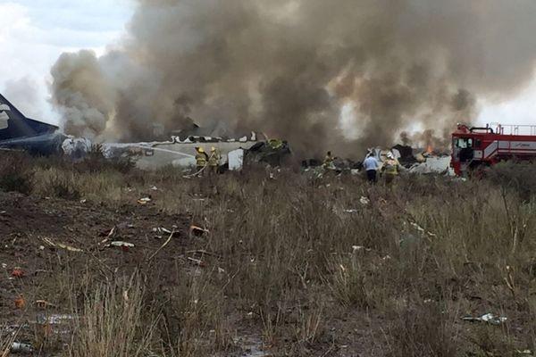 Petugas penyelamat dan pemadam kebakaran berkumpul di lokasi jatuhnya pesawat milik maskapai Aeromexico di negara bagian Durango, Meksiko, Selasa (31/7). - Reuters