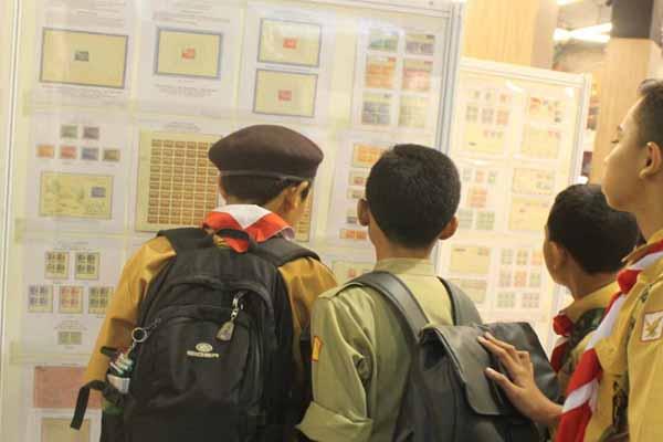 Siswa sekolah dasar sedang melihat koleksi perangko di Baliphex 2018, Jumat (3/8/2018) - Ni Putu Eka Wiratmini