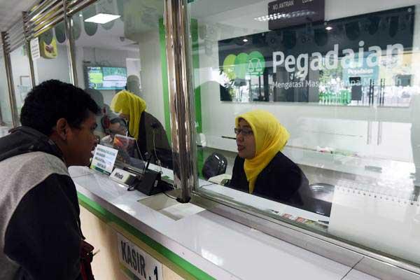 Ilustrasi: Warga bertransaksi di Kantor Pegadaian Cabang Senen, Jakarta. - Antara/Akbar Nugroho Gumay