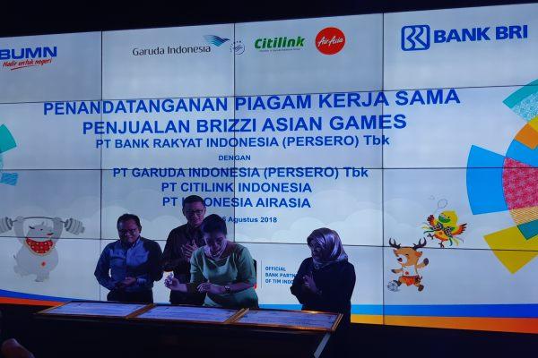 Direktur Konsumer BRI Handayani (dua kiri) menandatangani kerja sama dengan Garuda Indonesia, Air Asia, dan Citilink di kantor pusat BRI, Jakarta, Senin (6/7/2018). (Bisnis - Muhammad Khadafi).