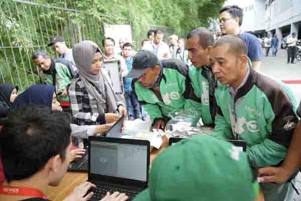 Sejumlah mitra driver melakukan pendaftaran agar bisa menerima manfaat yang disediakan oleh program GO-JEK SWADAYA. Melalui program tersebut, para mitra driver mendapat akses pengelolaan keuangan - Istimewa