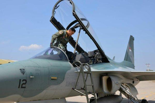 Lettu Pnb Febriarto Fishbed Dwi Nugroho menaiki pesawat tempur T-50i di Lanud Iswahjudi, Selasa (7/8/2018). - Ist/Lanud Iswahjudi