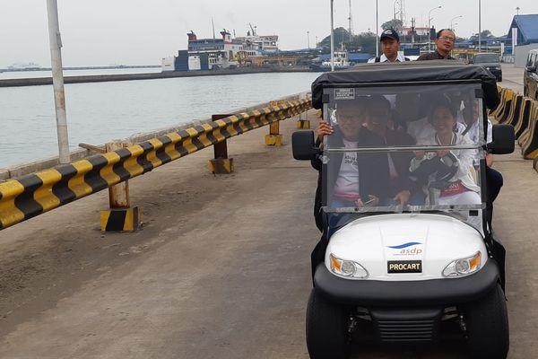 Menteri BUMN Rini M. Soemarno menyetir buggy car ketika meninjau pembangunan dermaga eksekutif di Pelabuhan Merak, Banten, Rabu (8/8). Sejumlah direktur perusahaan BUMN turut mengendarai buggy car tersebut.  - Bisnis/Rivki Maulana