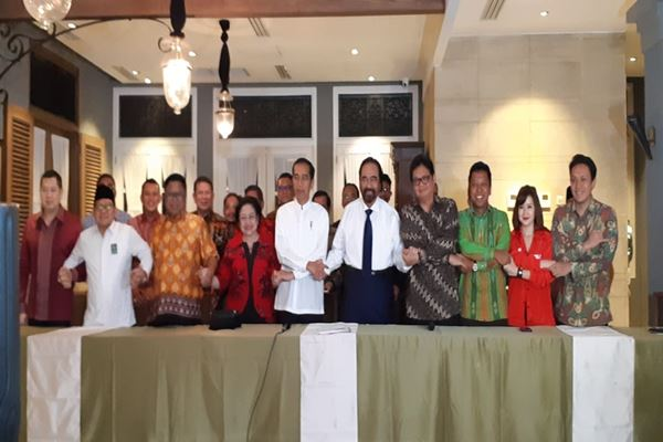 Sembilan ketua umum parpol pendukung Joko Widodo (Jokowi) bergandengan tangan usai mengumumkan cawapres Jokowi, KH Ma'aruf Amin, di Menteng Jakarta Pusat, Kamis (9/8),. - JIBI/Amanda Kusumawardhani