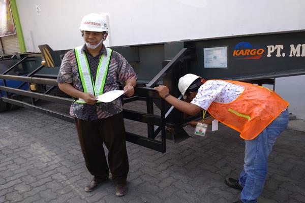 M.Rifai tengah mengikuti uji kompetensi diawasi oleh Ketua DPC Aptrindo Pelabuhan Tanjung Emas Semarang, Supriyono