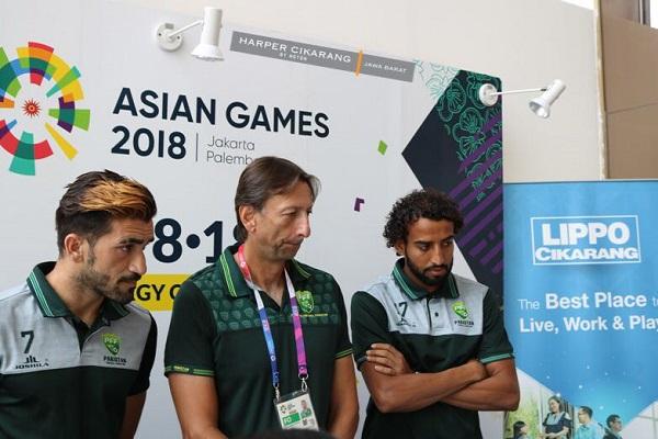 Dua atlet Timnas Sepakbola Pakistan bersama pelatih Nogeira asal Brasil (tengah) menghadiri konferensi pers di Hotel Harper Lippo Cikarang tempat mereka menginap selama 13 hari. Tim Pakistan tergabung dalam Grup D cabang sepakbola Asian Games 2018 bersama dengan dua negara lainnya yaitu Jepang dan Vietnam. - Istimewa