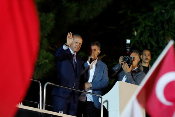 Presiden Turki Recep Tayyip Erdogan berdiri di hadapan para pendukungnya di Istanbul, Turki pada Minggu (24/6). - Reuters/Osman Orsal