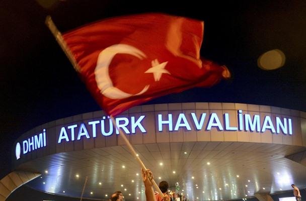 Seorang pria melambaikan bendera Turki usai percobaan kudeta militer ke Presiden Tayyip Erdogan, Sabtu (16/7/2016) - Reuters